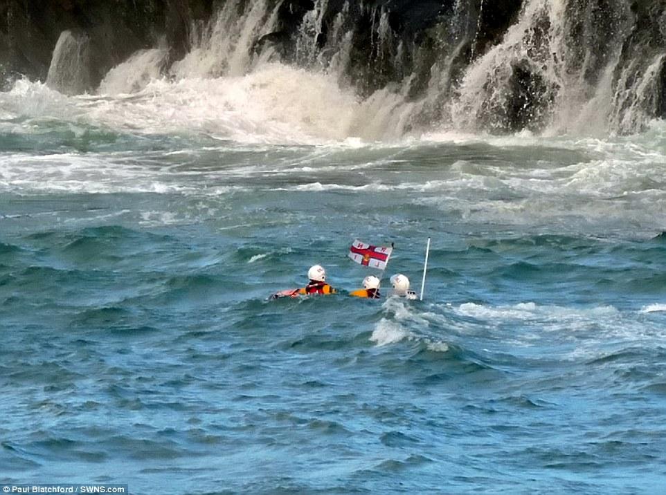 376BECCB00000578-3750208-Newquay_Coastguard_Rescue_Team_and_two_RNLI_lifeboats_were_dispa-a-24_1471687674879