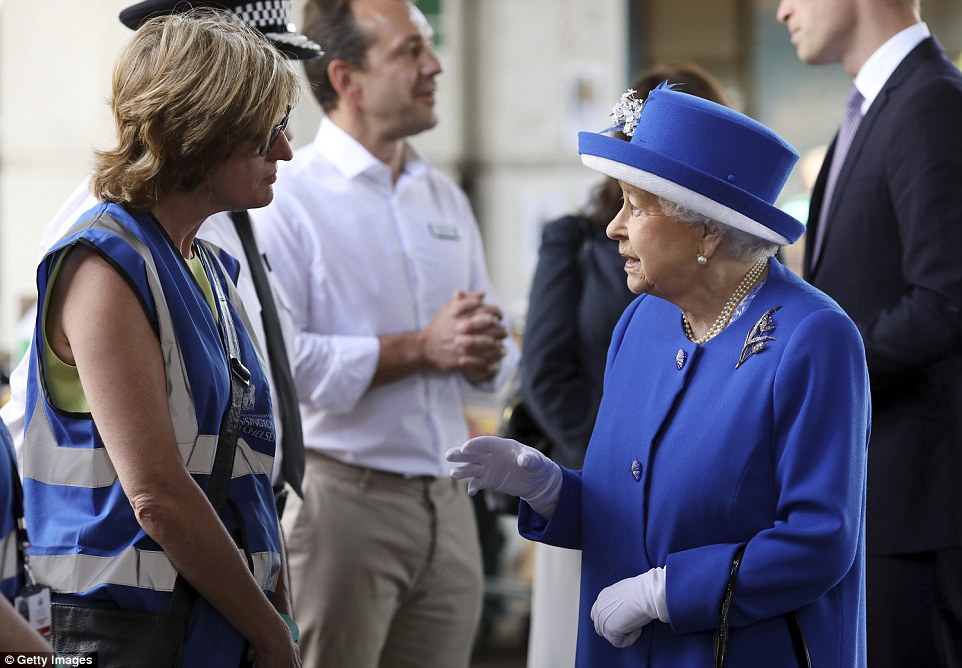 4177708200000578-4610270-LONDON_ENGLAND_JUNE_16_Queen_Elizabeth_II_visits_the_scene_of_th-a-166_1497608864604